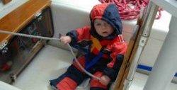 Elias, 1 år, på båten