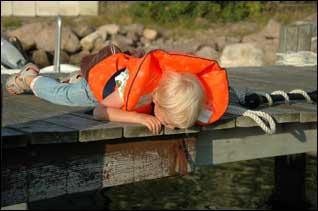 Barn spanar in fisk