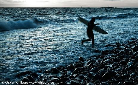 Surfing på Torö i november. Foto: Oskar Kihlborg