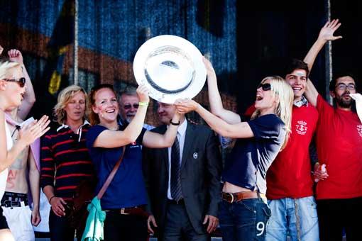 Wylde Swans besättning får pris. Foto: Anders Andersson
