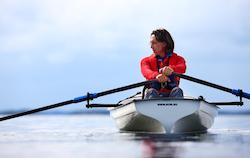Oskar Kihlborg ror över Östersjön.