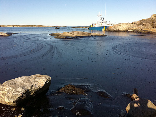 Kustbevakningen sanerar olja efter utsläppet vid Tjörn.