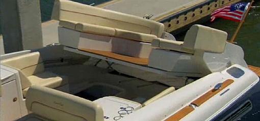 Chris-Craft Corsair36 motorrum med biminitop infälld