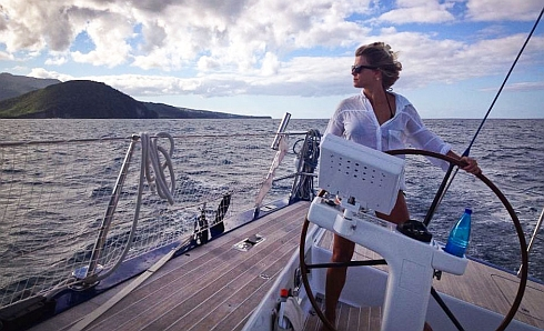 Lisa på havet seglande en Swan 80