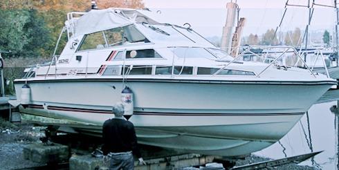 Besiktningsman Rybbe bedömer motorbåt