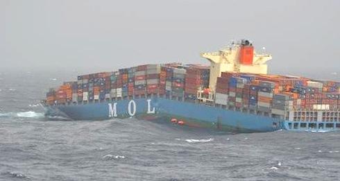 Lastfartyg går av på mitten och förliser