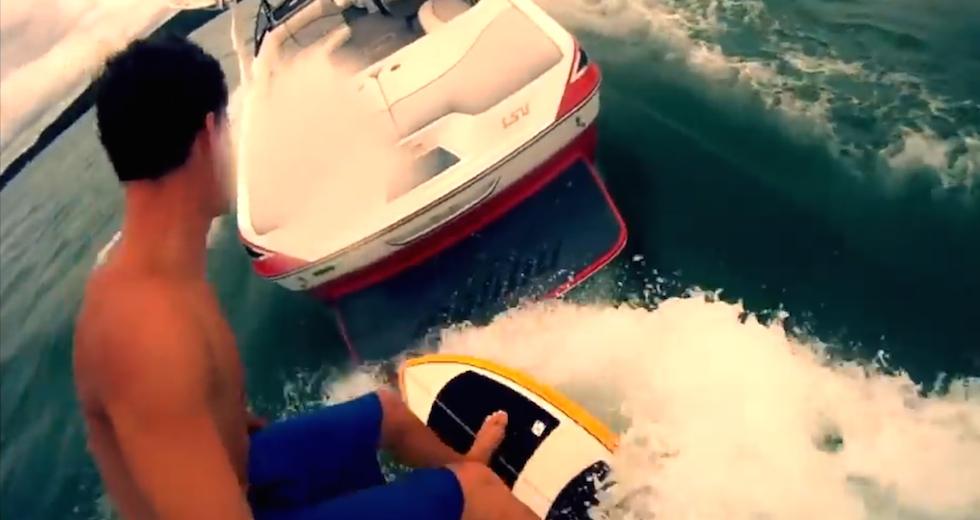 Chockerande surfing bakom herrelös båt.