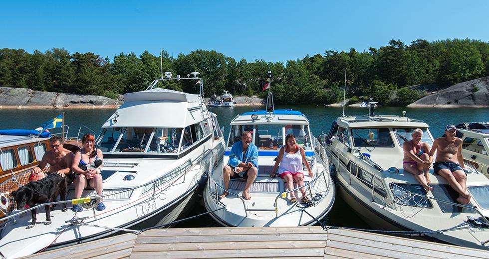 Tre familjer, tre motorbåtar och ett mål.