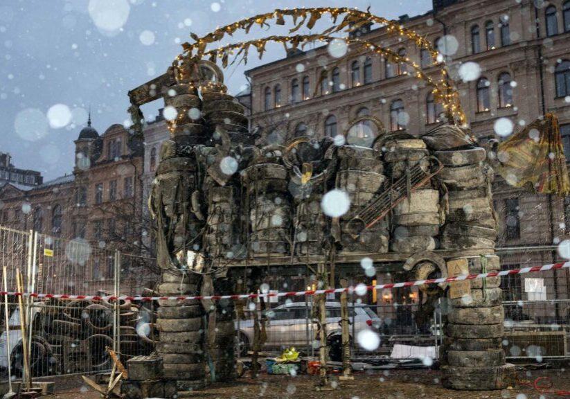 Jävla Bocken (Gävlebocken) i Stockholm byggd av Rena Mälaren av bildäck och skräp som legat på havsbotten. © Oskar Kihlborg