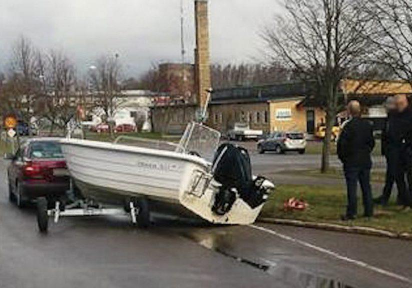 Just nu – båt tappad bakom trailer.